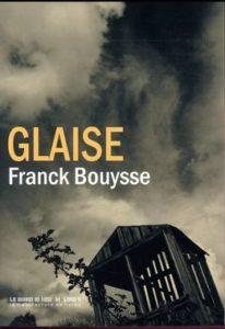 Couverture du livre Glaise - photo noire et blanc/sépia d'un ciel balayé par les nuages avec une grange en bois et une branche. Photo prise en contreplongée