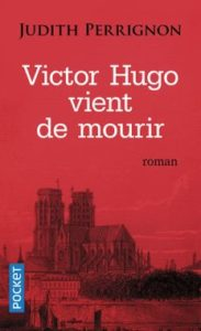 couverture du livre Victor Hugo vient de mourir - Image sur fond rouge de la cathédrale Notre Dame de Paris