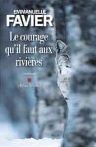 couverture du livre Le courage qu'il faut aux rivières. Image de paysage forestier en hiver avec la photo d'un lynx caché derrière un tronc d'arbre
