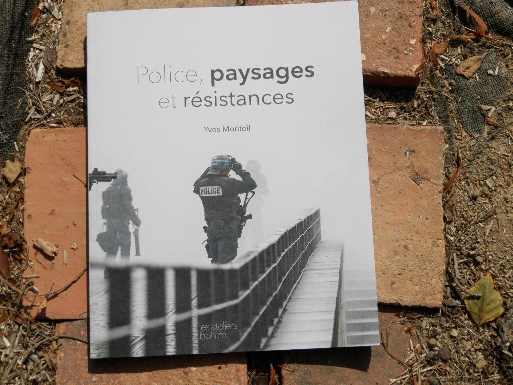 couverture du livre Police, paysages et résistances d'Yves Monteil, où figurent des policiers pris dans un nuage de gaz lacrymogènes